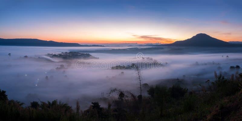 De mist van het panoramalandschap in ochtendzonsopgang in Khao Takhian Ngo Vi stock afbeeldingen