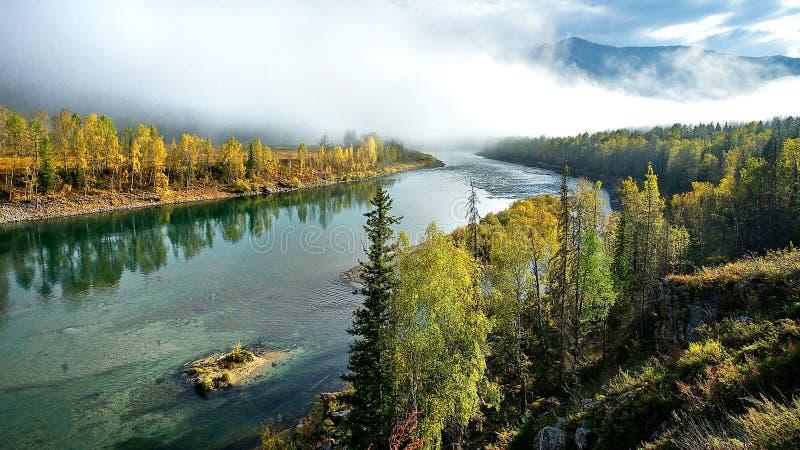 De mist van de ochtend over de rivier Het blauwe lint van de rivier van de hoogte bergen Wilde aard stock foto's