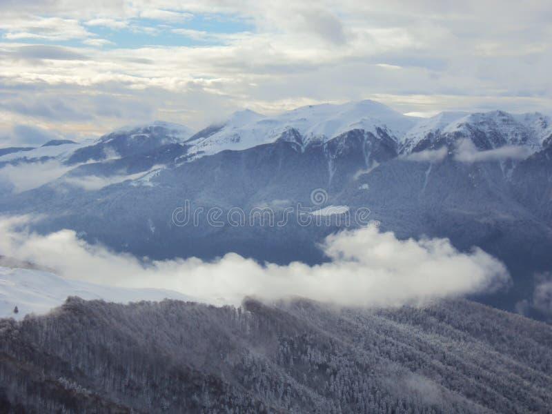 In de mistige berg royalty-vrije stock afbeeldingen