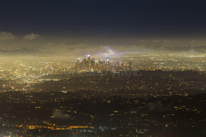 De Mistige Nacht Luchtcityscape van Los Angeles Horizonweergeven royalty-vrije stock foto's