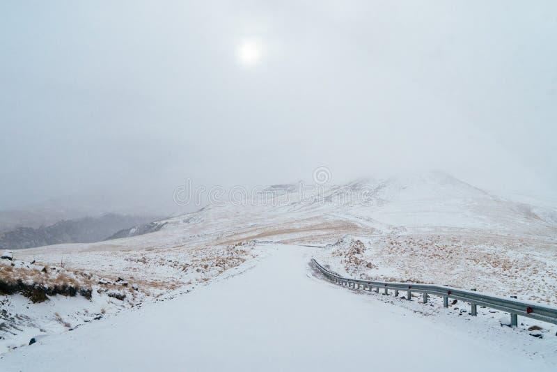 De mistige Weg van de Berg stock fotografie