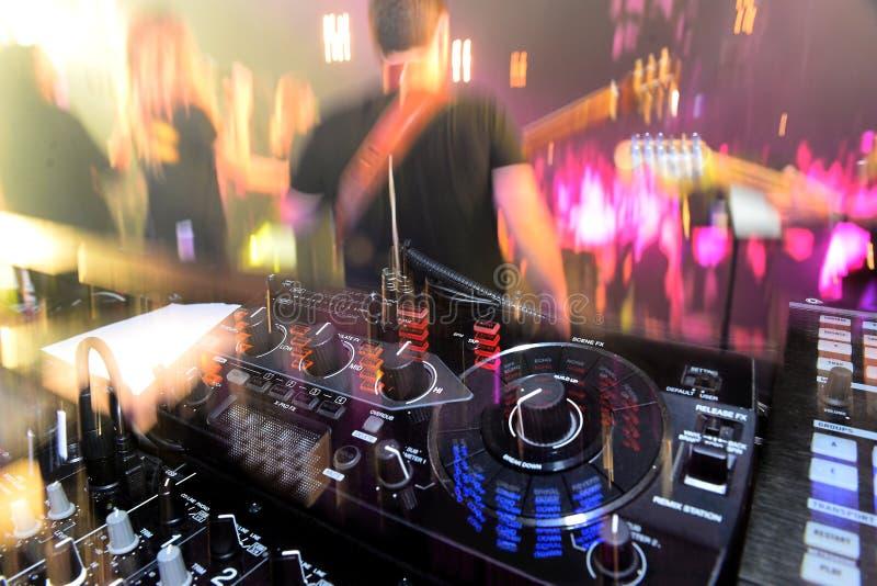 De mixer van DJ het spoor en de band die de gitaren spelen stock foto