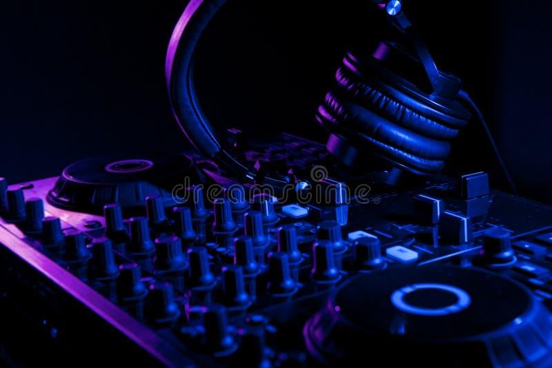 De mixer van DJ met hoofdtelefoons stock foto
