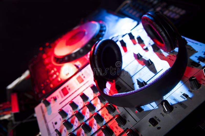 De mixer van DJ met hoofdtelefoons stock afbeelding