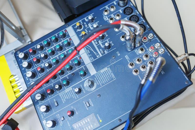 De mixer van DJ voor geluidseffecten en akoestische systemenverbinding royalty-vrije stock foto