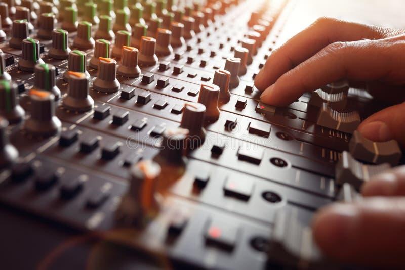 De mixerbureau van de geluidsopnamestudio stock afbeelding