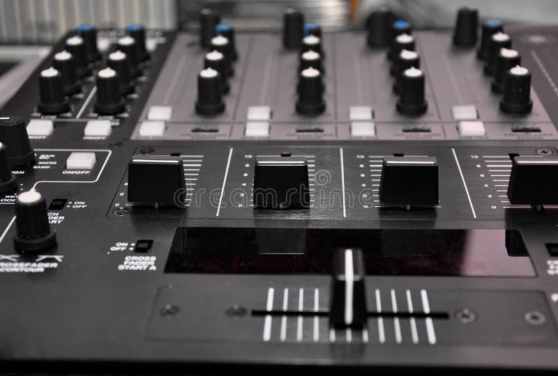 De mixercontrolemechanisme van DJ stock afbeeldingen