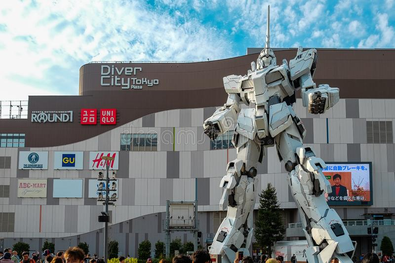 De mobiele Eenhoorn die van Kostuumgundam zich voor het gebouw van Duikercity tokyo plaza, het oriëntatiepunt van Japan bevinden  stock foto's