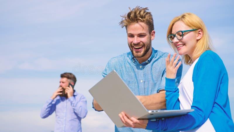 De mobiele exploitant geeft goede Internet-verbinding Netwerkdekking Geniet van vraag Het paar geniet van videovraag met perfect royalty-vrije stock foto's