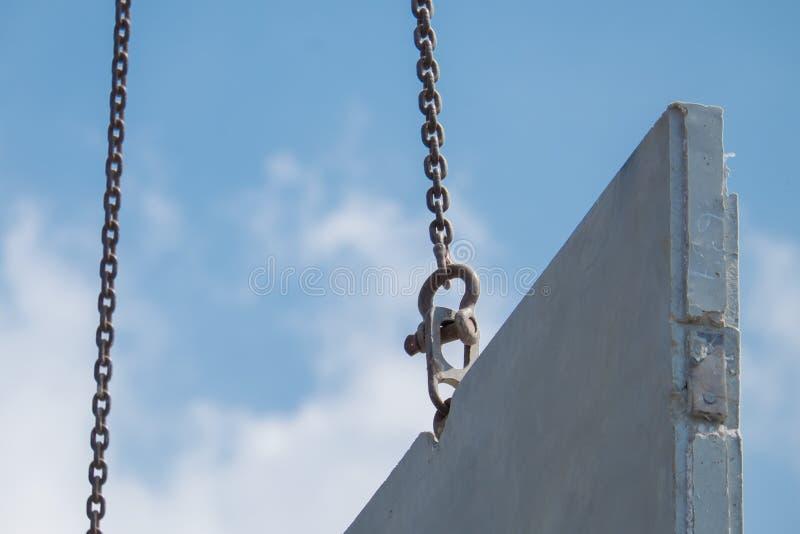 De mobiele kraanlift prefabriceerde omhoog concrete muur in bouw nieuw huis stock foto's