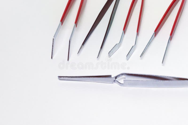 De mobiele reeks van de elektronikareparatie staalklem en tweezwrs stock afbeeldingen