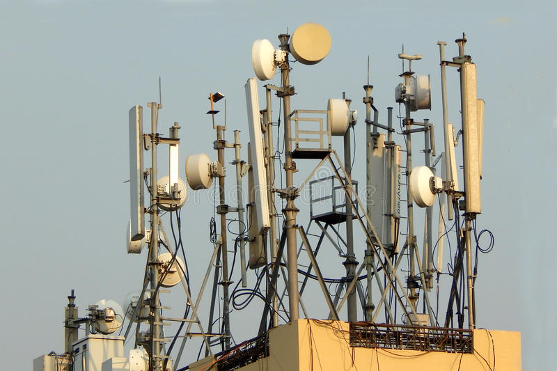De mobiele schotels van de telefoonantenne Draadloze mededeling royalty-vrije stock afbeelding
