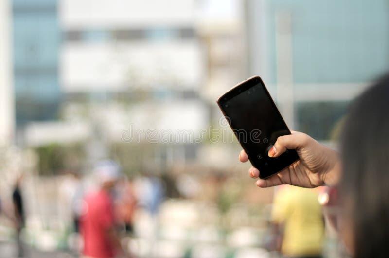 De mobiele telefoon van het meisjesgebruik aan spruit t stock afbeeldingen