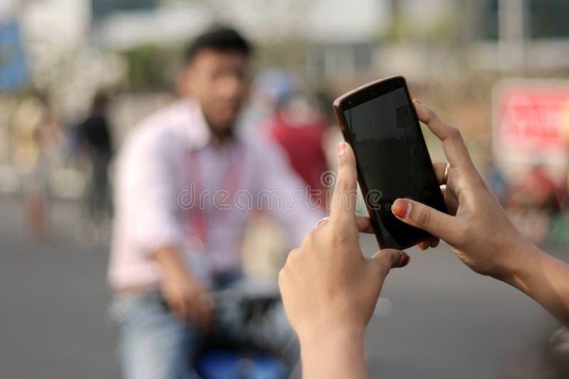 De mobiele telefoon van het meisjesgebruik aan spruit t stock foto