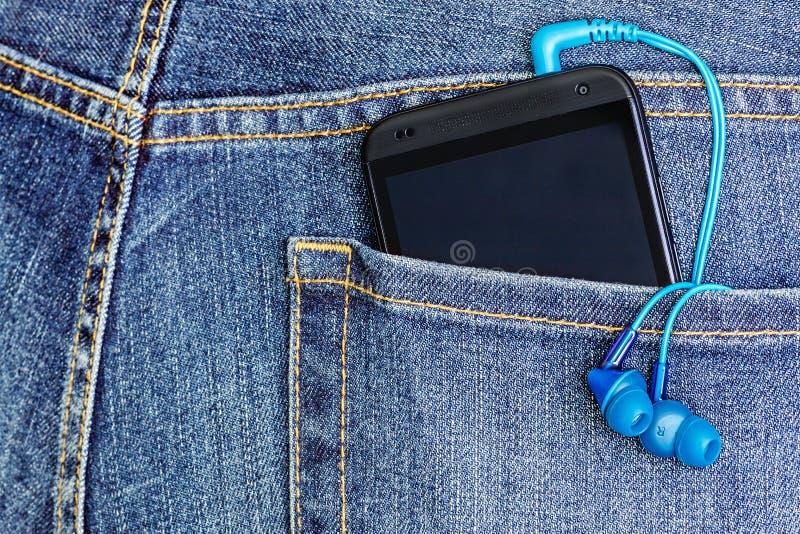 De Mobiele Telefoon van HTC in een jeanszak stock foto
