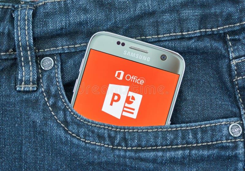 De mobiele toepassing van Microsoft Power Point op het scherm van Samsung stock foto's