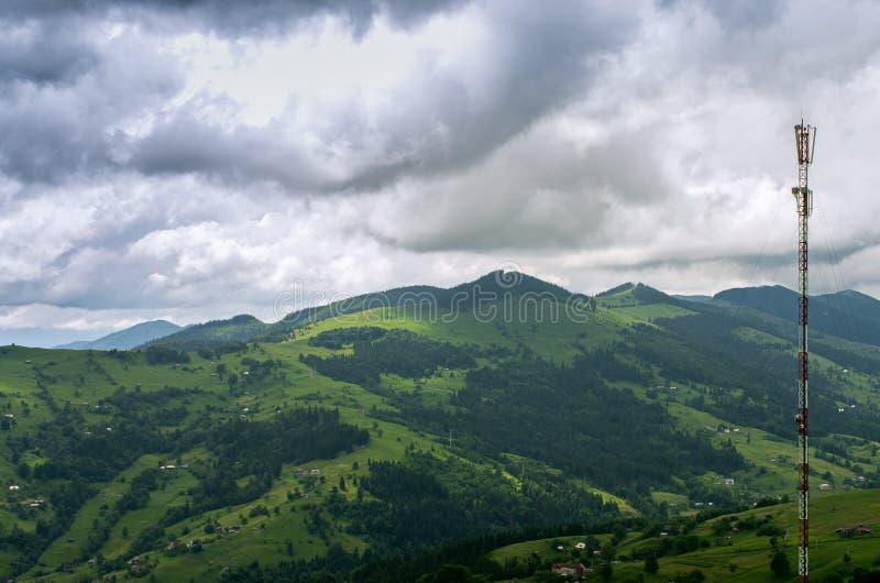 De mobiele toren van de telefoonmast in de bergen stock foto