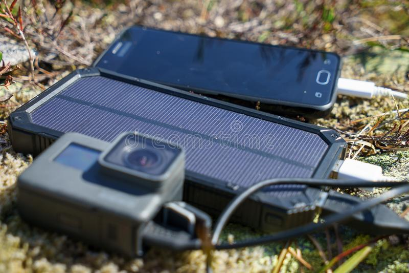 De mobiele van de celtelefoon en actie camera met de lader van de machtsbank stock foto