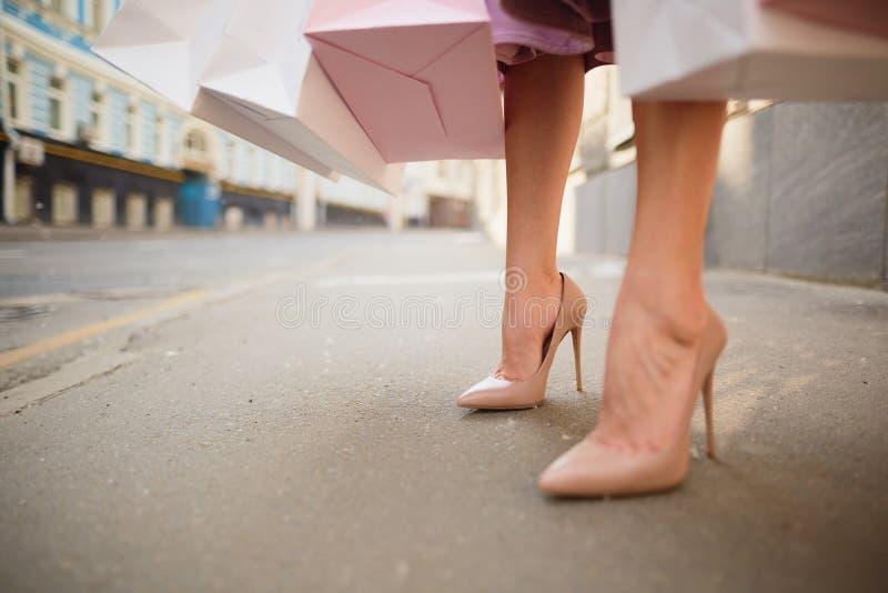 De moda vistió a la mujer en las calles de una pequeña ciudad, concepto que hacía compras fotografía de archivo libre de regalías