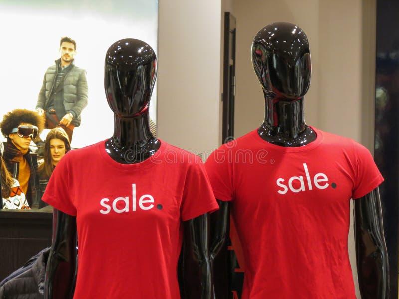 De modellen die van Armanijeans Verkoopt-shirt dragen stock foto's