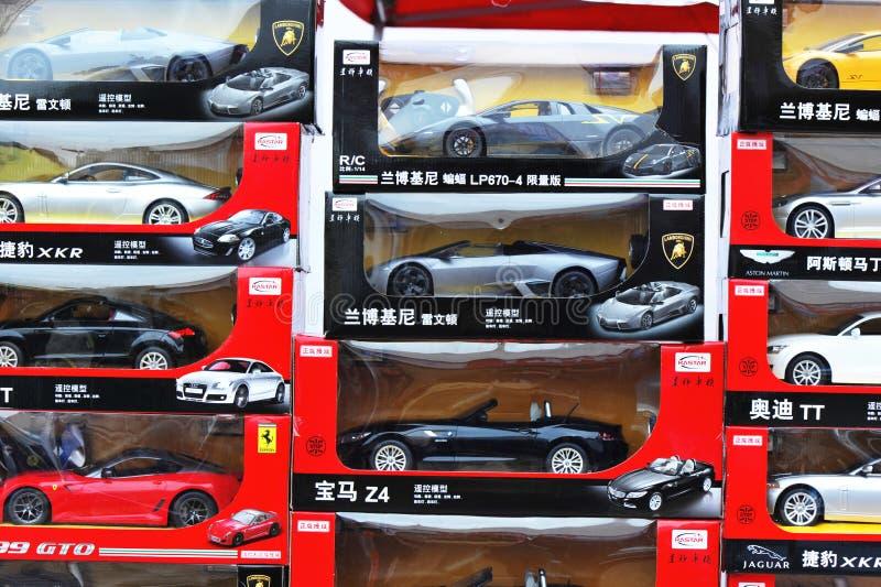 De modellen die van de auto bij winkel tonen royalty-vrije stock foto's