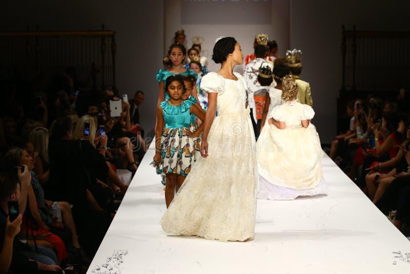 De modellen lopen de baan bij de Nancy Vuu-modeshow royalty-vrije stock afbeeldingen