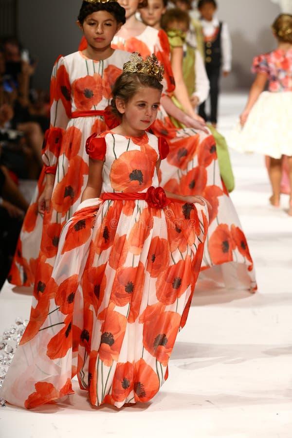 De modellen lopen de baan bij de Nancy Vuu-modeshow royalty-vrije stock afbeelding