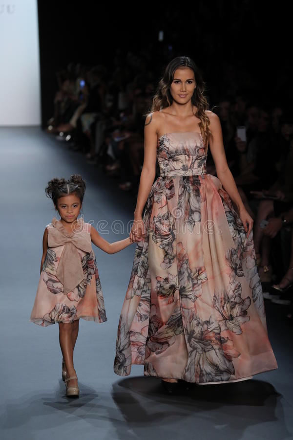De modellen lopen de baan bij de Nancy Vuu-modeshow royalty-vrije stock fotografie