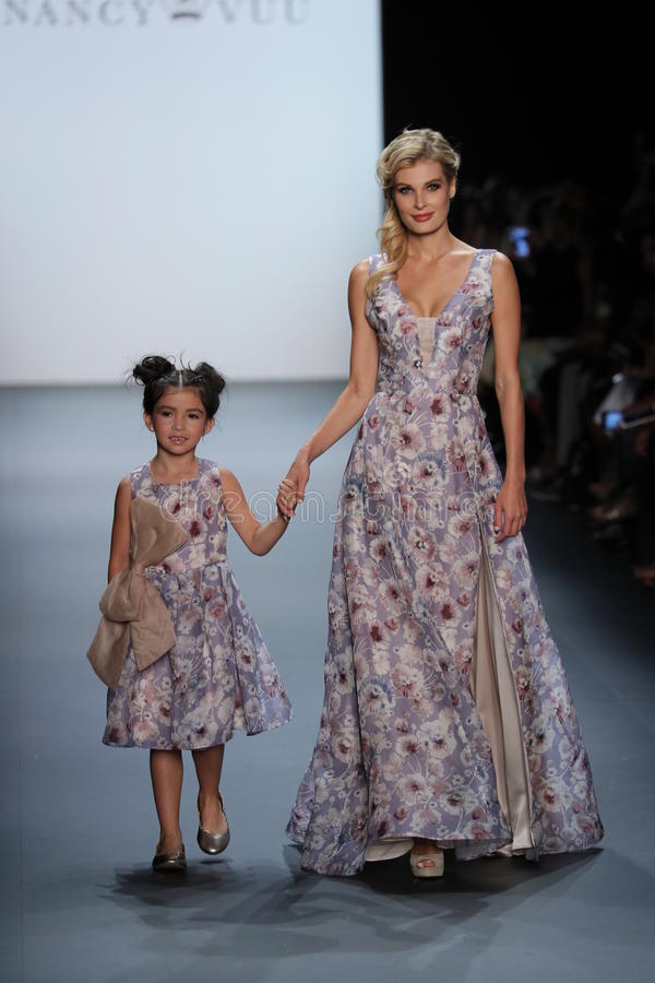 De modellen lopen de baan bij de Nancy Vuu-modeshow stock afbeeldingen