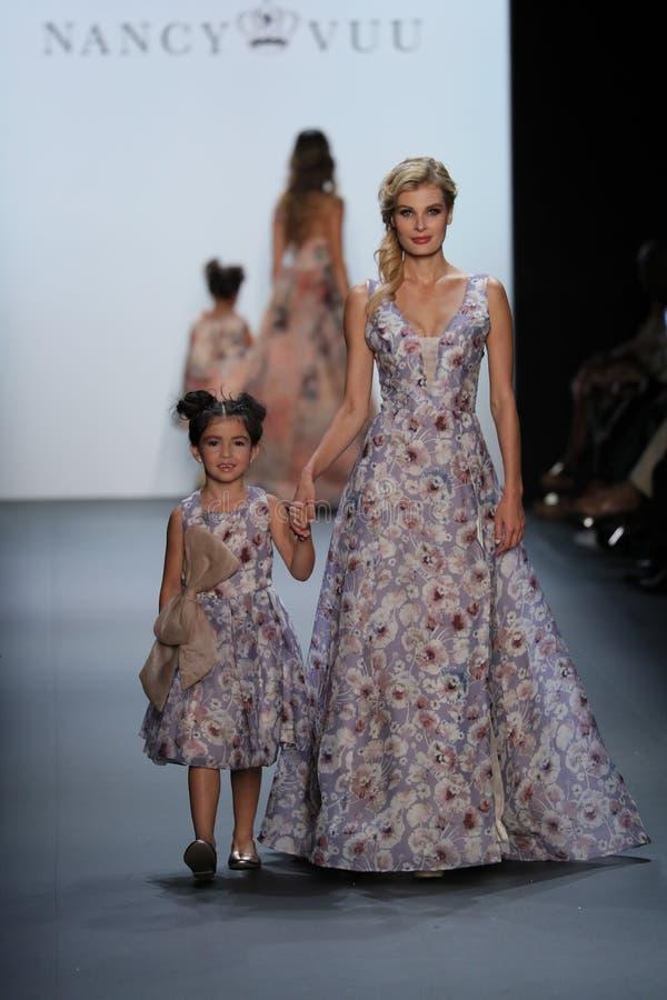 De modellen lopen de baan bij de Nancy Vuu-modeshow stock foto's