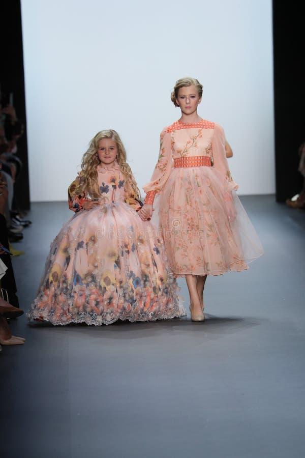 De modellen lopen de baan bij de Nancy Vuu-modeshow stock foto