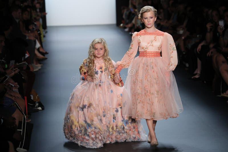 De modellen lopen de baan bij de Nancy Vuu-modeshow royalty-vrije stock foto's