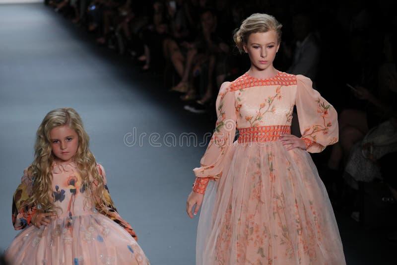 De modellen lopen de baan bij de Nancy Vuu-modeshow royalty-vrije stock foto