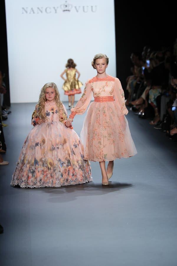 De modellen lopen de baan bij de Nancy Vuu-modeshow stock afbeelding