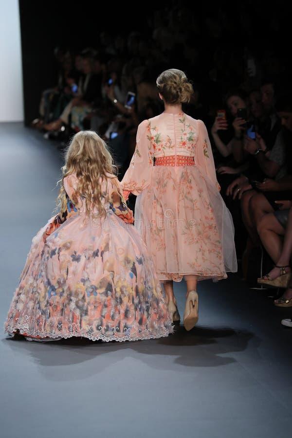 De modellen lopen de baan bij de Nancy Vuu-modeshow stock fotografie