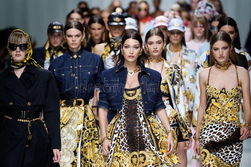De modellen lopen het baanfinale in Versace tonen tijdens Milan Fashion Week Spring /Summer 2018 stock afbeelding