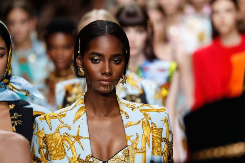 De modellen lopen het baanfinale in Versace tonen tijdens Milan Fashion Week Spring /Summer 2018 royalty-vrije stock foto