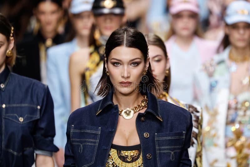 De modellen lopen het baanfinale in Versace tonen tijdens Milan Fashion Week Spring /Summer 2018 stock foto