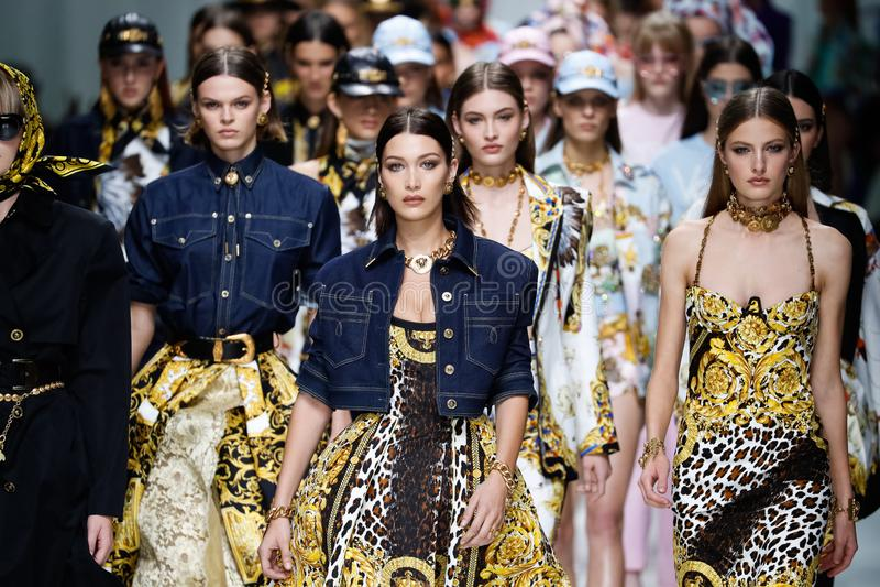 De modellen lopen het baanfinale in Versace tonen tijdens Milan Fashion Week Spring /Summer 2018 stock fotografie