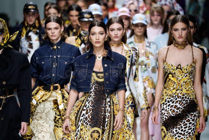 De modellen lopen het baanfinale in Versace tonen tijdens Milan Fashion Week Spring /Summer 2018 royalty-vrije stock afbeelding