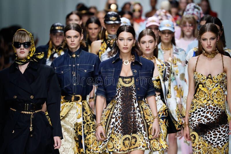 De modellen lopen het baanfinale in Versace tonen tijdens Milan Fashion Week Spring /Summer 2018 royalty-vrije stock fotografie