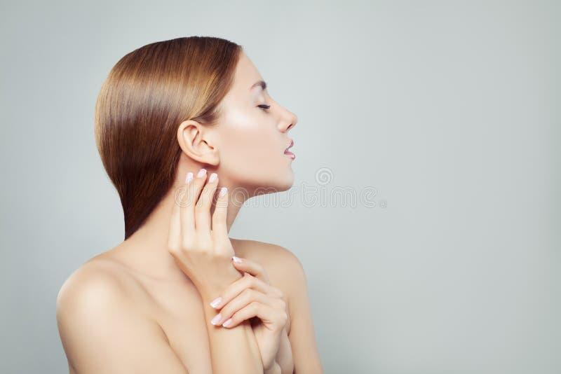 De modelvrouw van Nice met gezonde huid en manicurehanden royalty-vrije stock foto's