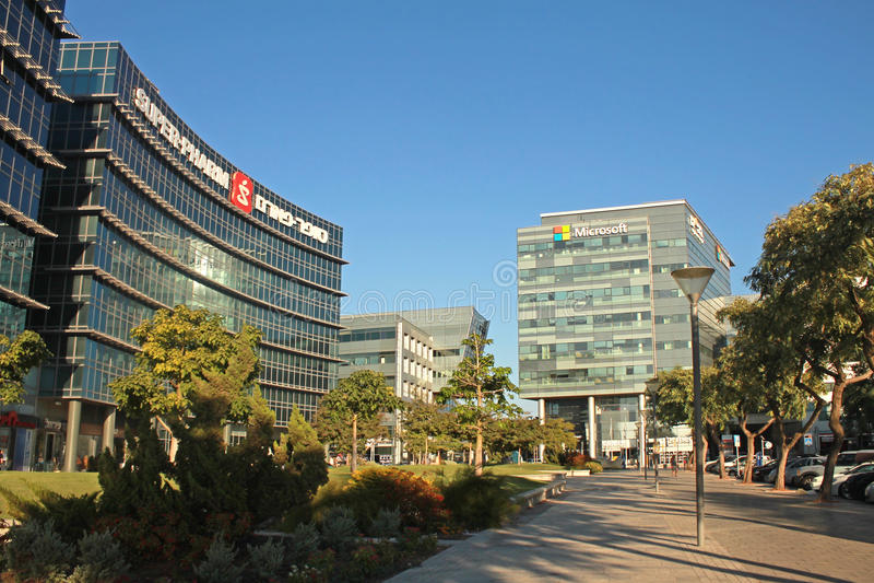 De modern futuristisch architectuurbouw, bureau Microsoft en super-Pharm royalty-vrije stock afbeelding