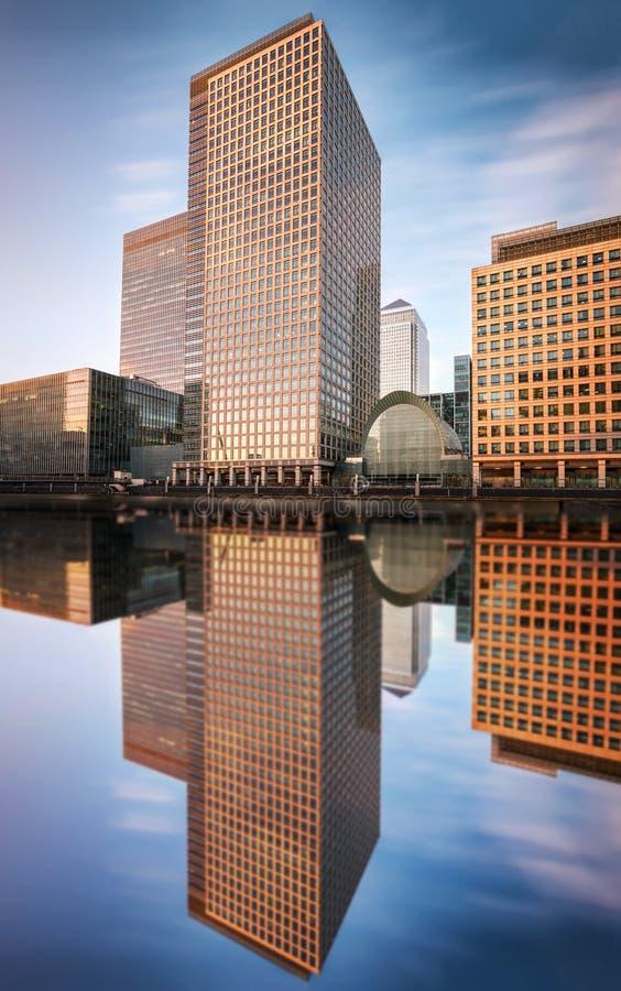 De moderna byggnaderna av det finansiella navet Canary Wharf i London arkivfoto
