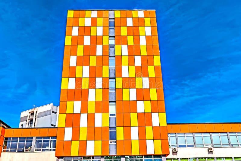 De moderna färgrika byggnaderna Besk?da fr?n bottnen arkivbild