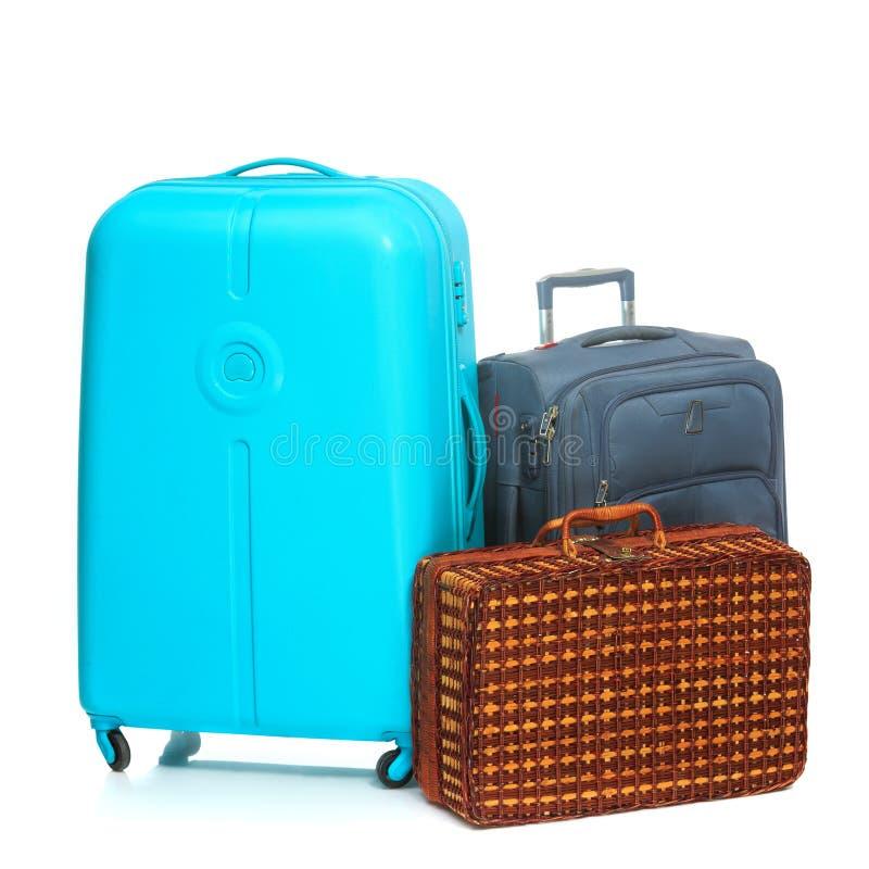De moderna och retro resväskorna på vit bakgrund arkivfoto