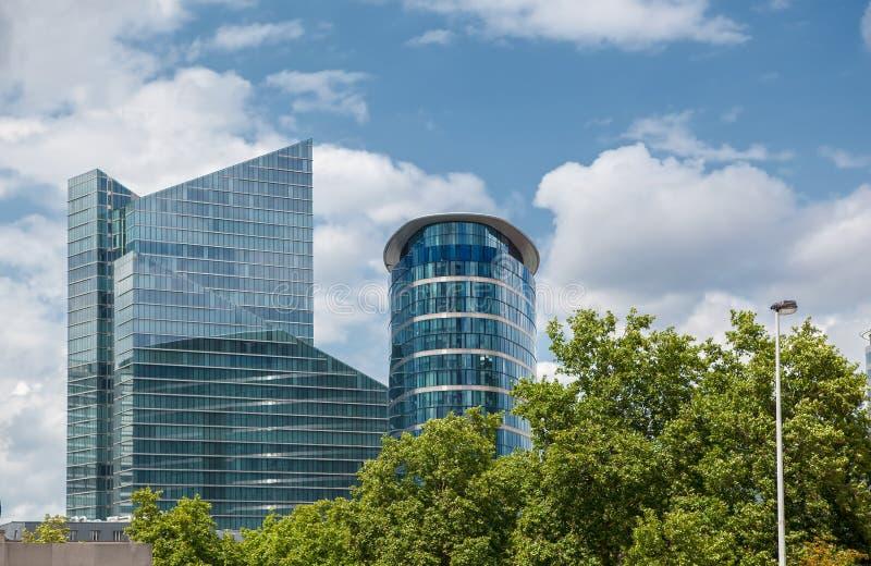 De moderne bouw dichtbij park met groene bomen stock afbeeldingen