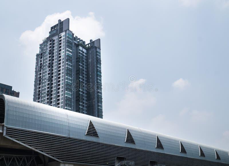 De moderne bouw en skytrain post royalty-vrije stock afbeelding