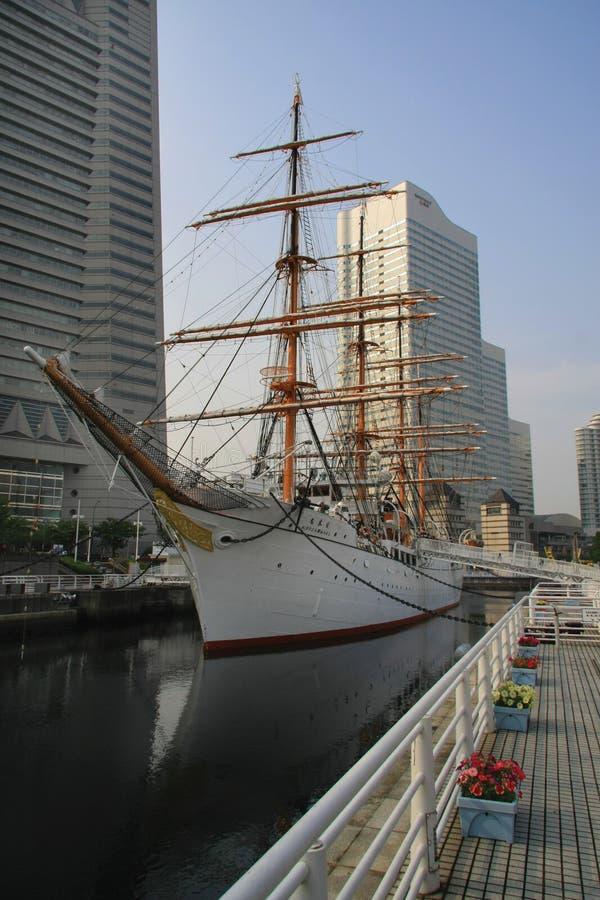 De moderne bouw en zeilboot royalty-vrije stock afbeelding