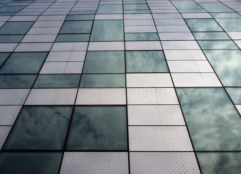 De moderne bouw met architecturale eigenschap die staal en glas gebruiken stock foto's